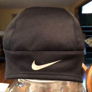Nike black hat with ponytail opening